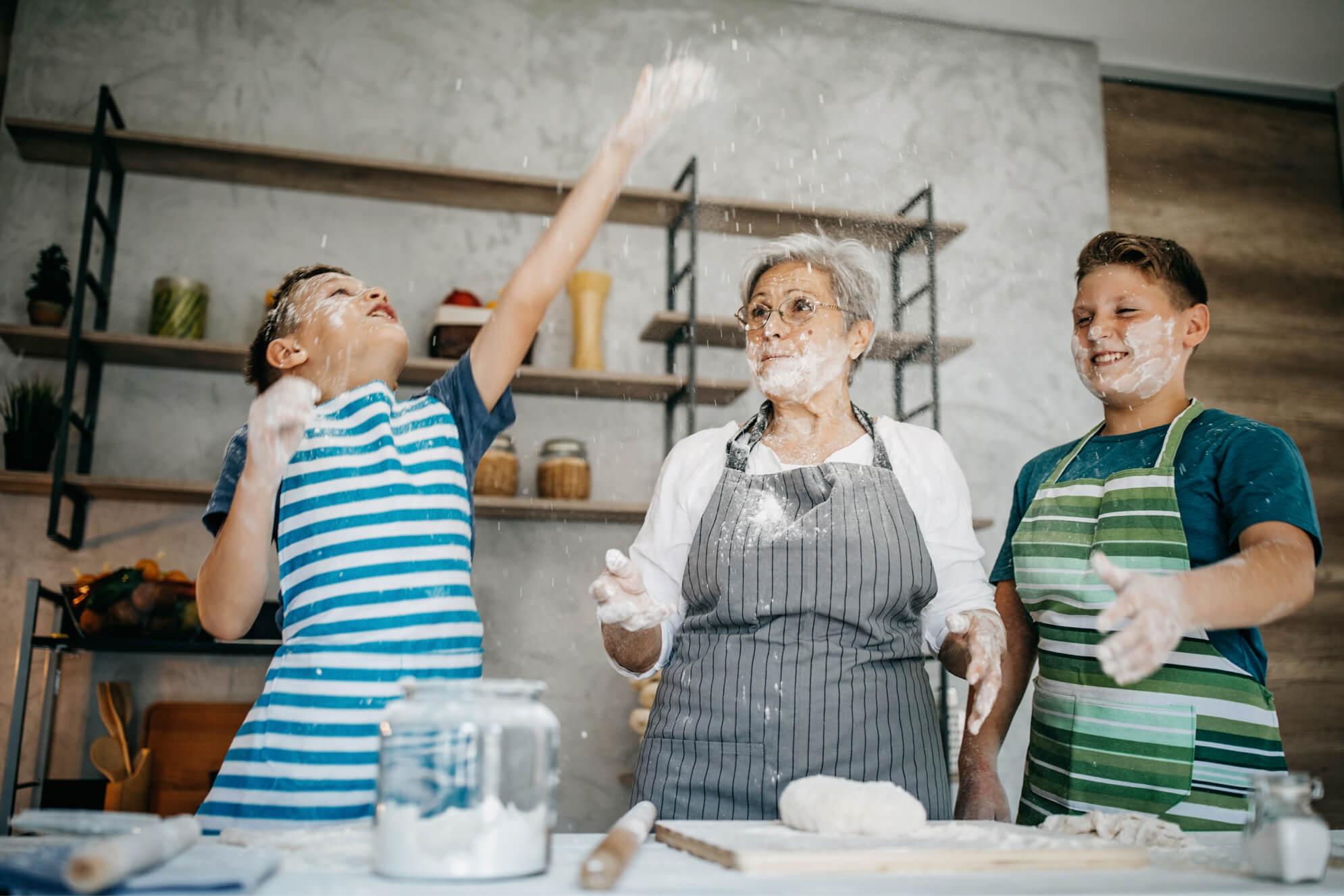 abuela cocinando