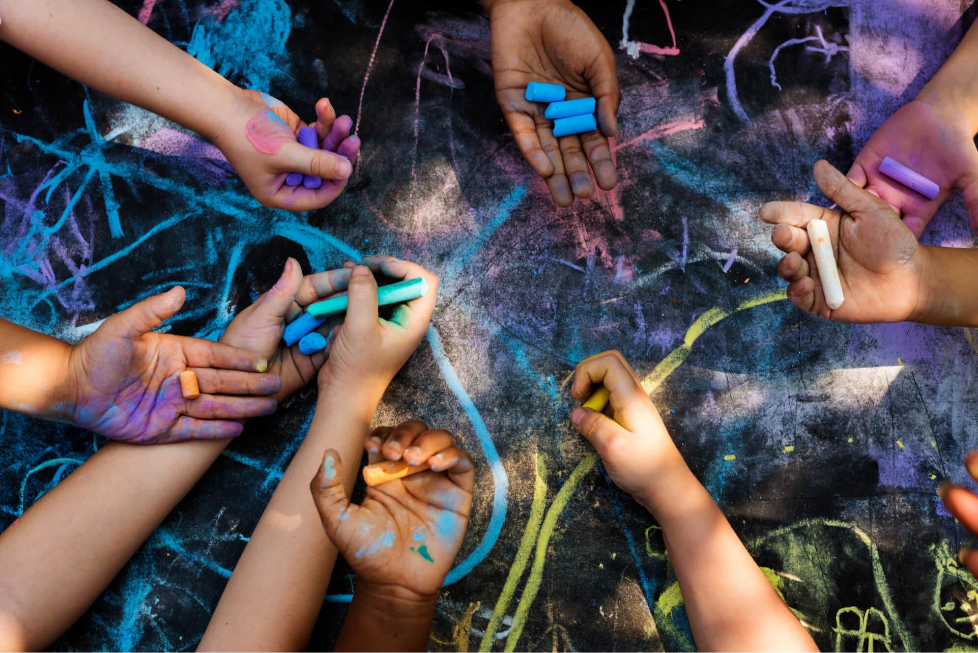 niños pintando en el piso